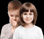 Besišypsanti mergaitė, stovinti priešais berniuką, kurį kankina šlapias kosulys